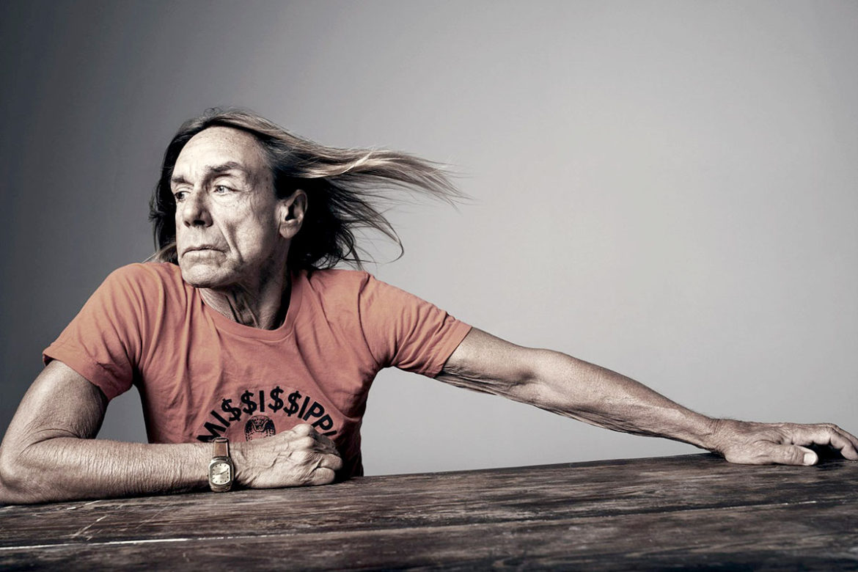 """James Newell Osterberg, Jr, o simplemente Iggy Pop, es uno de los mayores exponentes del rock que ha mantenido su vigencia por décadas desde que irrumpió a fines de los '60 con su alocada presencia.  Más de cuatro décadas de carrera, tanto al frente de The Stooges como solista, siempre con la potencia característica que nos ha ofrecido en canciones como """"I Wanna Be Your Dog"""", """"Search and Destroy"""", """"Lust for Life"""" y """"The Passenger"""".  A la espera de su debut en Chile con un show fijado para el 10 de octubre junto a The Libertines, te presentamos cinco de sus trabajos más importantes."""